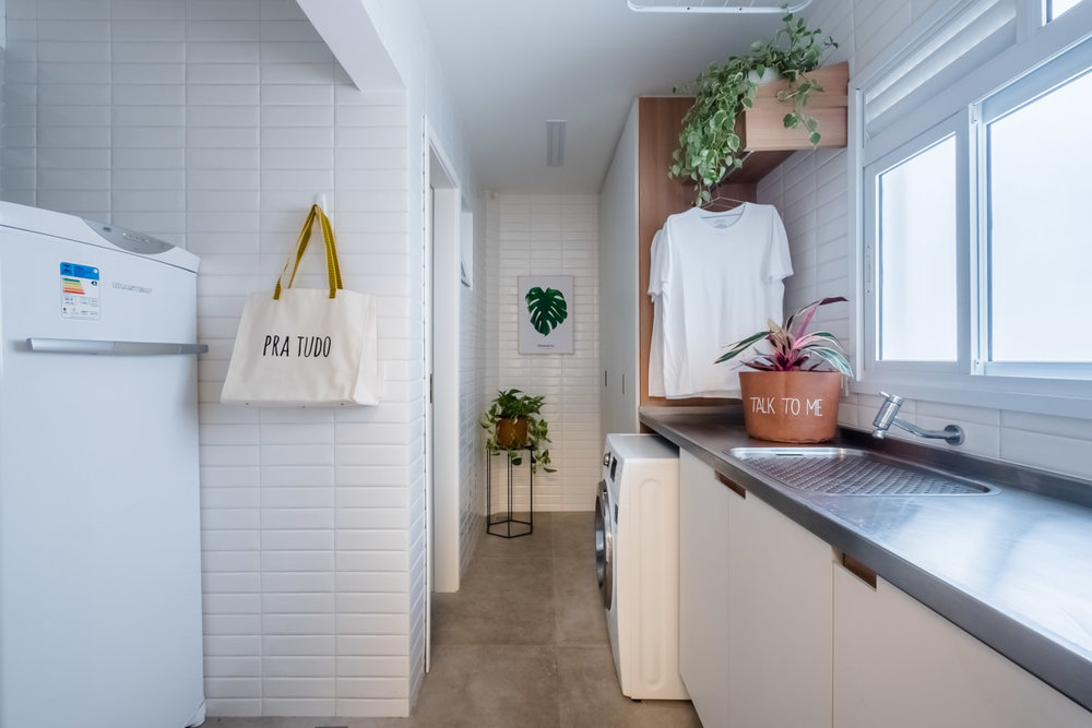macroarq_arquitetura_interiores_projeto_reforma_apartamento_sao_paulo_lavanderia_iluminada_pia_em_inox_azulejo_branco_liverpool_branco.jpg