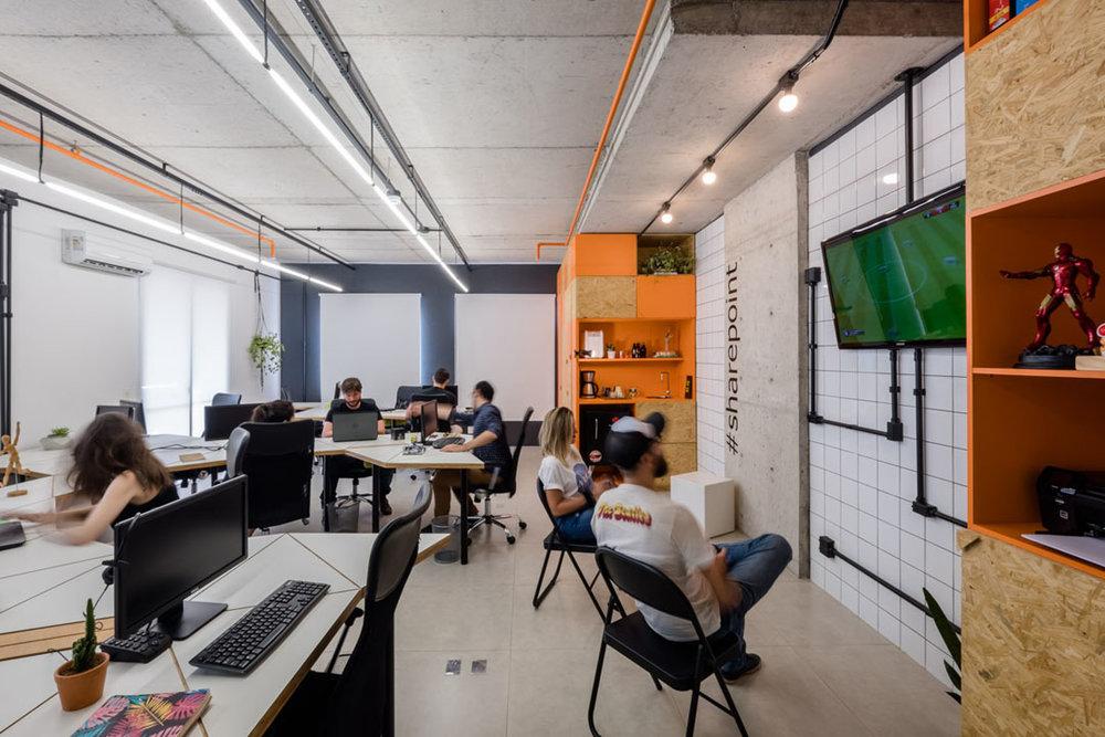 macroarq_arquitetura_interiores_projeto_corporativo_sao_paulo_startup_marcenaria_osb_cru_preto_laranja_concreto_azulejo_modular_lousa_de_vidro_luminaria_04.jpg