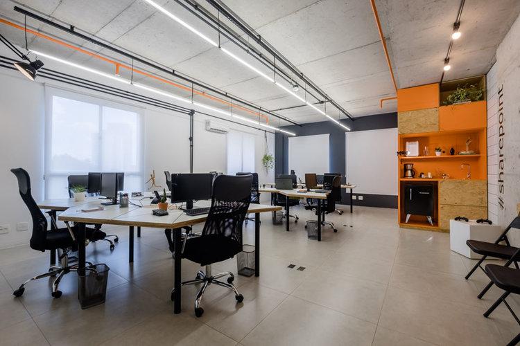 macroarq_arquitetura_interiores_projeto_corporativo_sao_paulo_startup_marcenaria_osb_cru_preto_laranja_concreto_azulejo_modular_lousa_de_vidro_luminaria_01.jpg