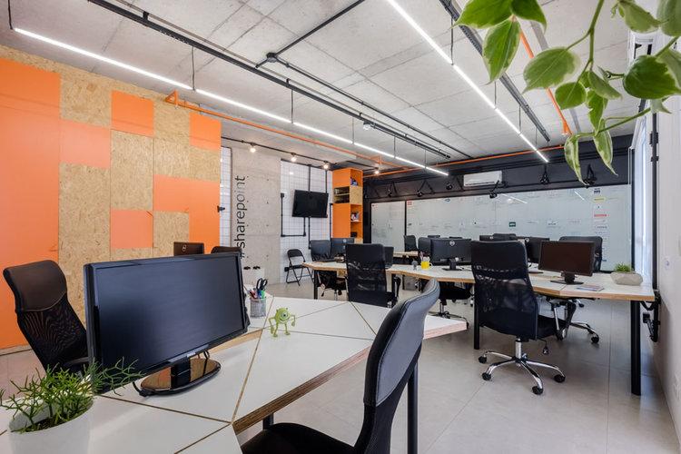macroarq_arquitetura_interiores_projeto_corporativo_sao_paulo_startup_marcenaria_osb_cru_preto_laranja_concreto_azulejo_modular_lousa_de_vidro_luminaria_02.jpg
