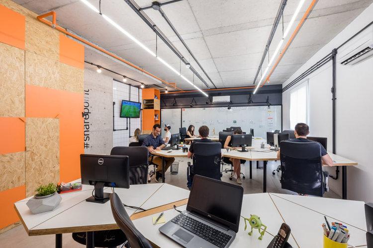 macroarq_arquitetura_interiores_projeto_corporativo_sao_paulo_startup_marcenaria_osb_cru_preto_laranja_concreto_azulejo_modular_lousa_de_vidro_luminaria_05.jpg
