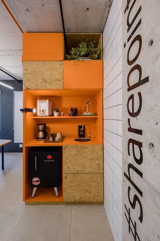 macroarq_arquitetura_interiores_projeto_corporativo_sao_paulo_startup_marcenaria_osb_cru_preto_laranja_concreto_azulejo_modular_lousa_de_vidro_luminaria_06.jpg