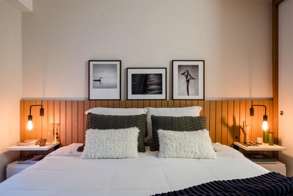 macroarq_arquitetura_interiores_projeto_reforma_apartamento_sao_paulo_suite_marcenaria_branca_cabeceira_de_madeira_luminarias.jpg