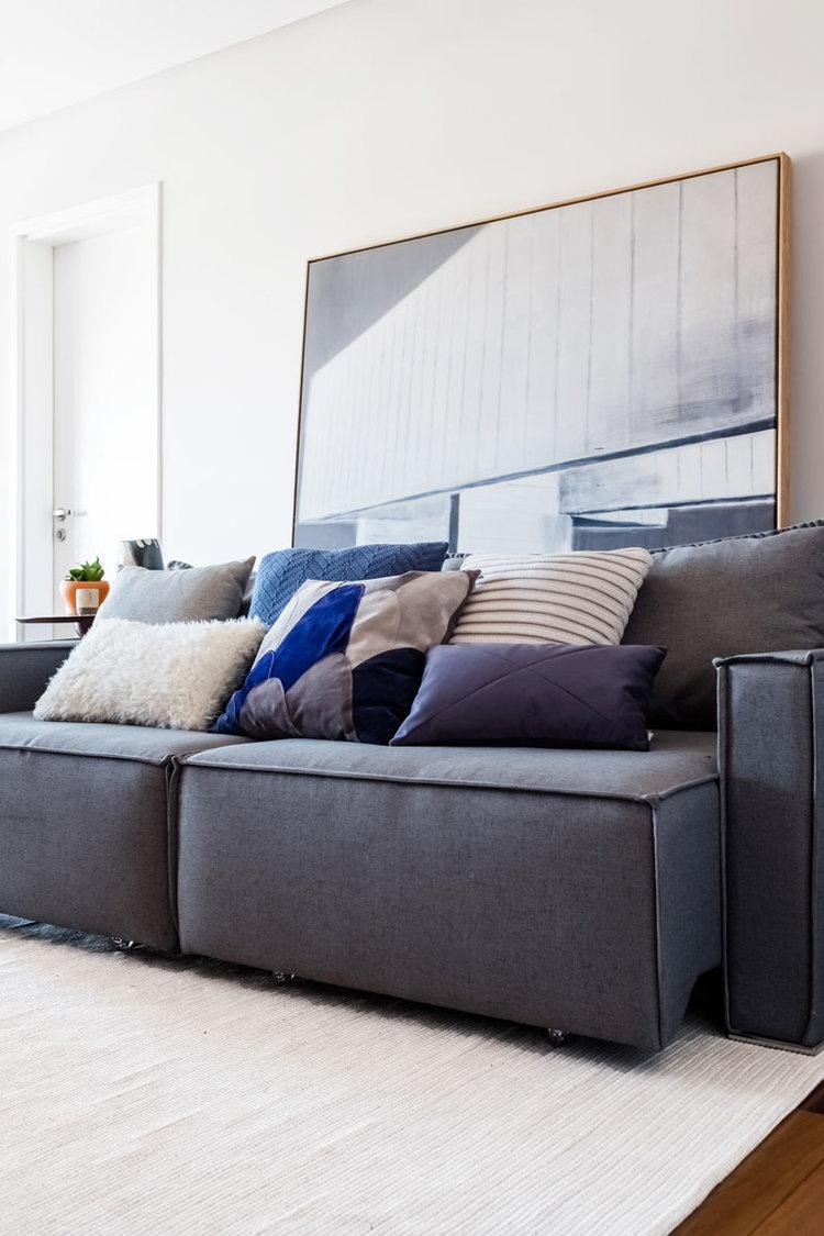 macroarq_arquitetura_interiores_projeto_reforma_apartamento_sao_paulo_sala_de_estar_clara_iluminada_piso_taco_sofa_retratil_decoração_com_quadros.jpg
