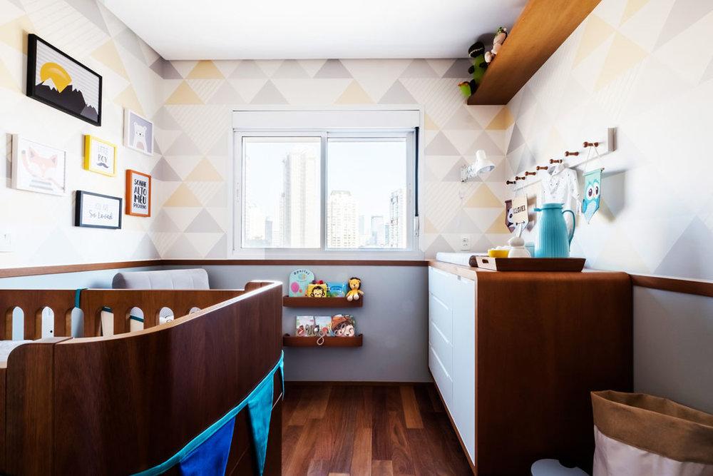 macroarq_arquitetura_interiores_projeto_reforma_apartamento_sao_paulo_quarto_de_bebe_decoração_infantil_papel_de_parede_piso_de_madeira_espelho_infantil_berco_roda_me.jpg