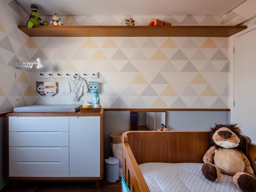 macroarq_arquitetura_interiores_projeto_reforma_apartamento_sao_paulo_quarto_de_bebe_decoração_infantil_papel_de_parede_trocador_piso_de_madeira_roda_meio.jpg