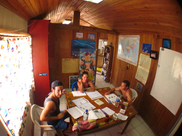 3 divers in a classroom listening to nitrox course