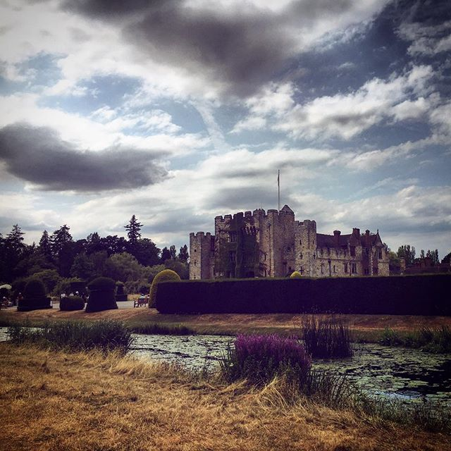Hever Castle in all its glory . . . #hevercastle #visitkent #visitbritain #castles #bbcbritain #huffposttravel #bestunitedkingdom #photosofbritain #clickinmoms #letsgetlost #lovegreatbritain #jj_memories