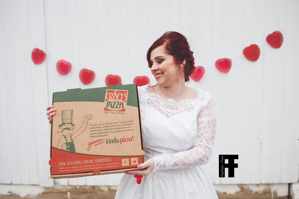 fearlessfreeseniors-columbus-ohio-senior-photographer-pizza-bride-girl-marries-pizza-cristys-smiling