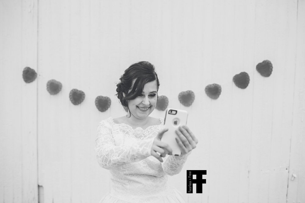 fearlessfreeseniors-columbus-ohio-senior-photographer-pizza-bride-taking-selfie-apple-iphone
