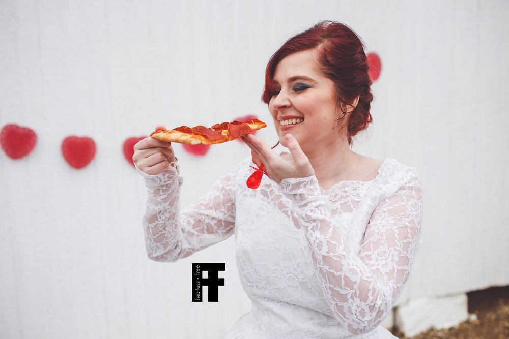 fearlessfreeseniors-columbus-ohio-senior-photographer-pizza-bride-girl-marries-pizza-eats-pizza