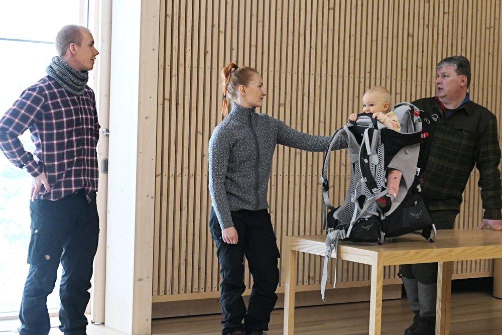 Tuukka, Annika ja Helmi kertoilivat retkeilystä pienen lapsen kanssa.