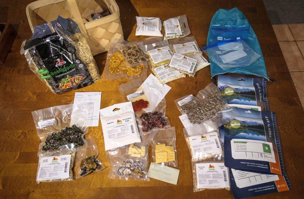 Ruokatarvikkeet on ladottu pöydälle aiheittain. Lopulliset koostumukset tehdään tässä.