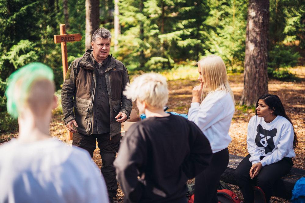 Majoitusmestari antaa ohjeita tubettajille, ennen kuvausten alkamista (kuva: Valtteri Hirvonen)
