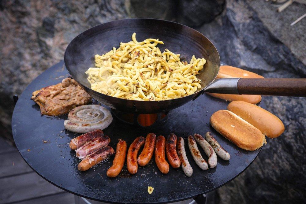 Pyronin paistolevylle sopii paljon ruokaa kypsymään.