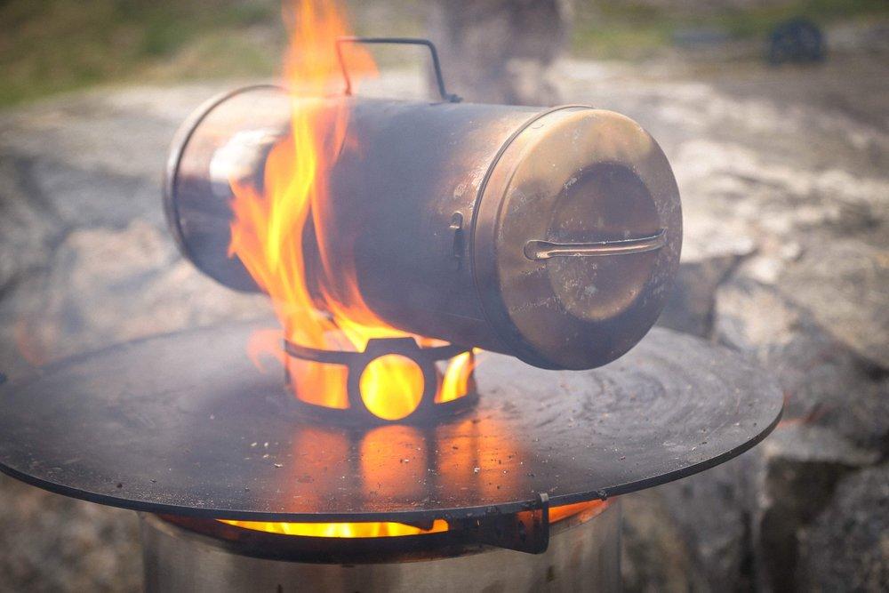 Testissä erillinen savustuspönttö. Liekit ovat ehkä turhan kuvaukselliset, pienempikin lämpö piisaa savustuspöntölle.