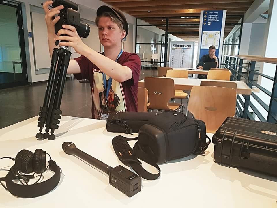 Heikki Ranta kasaa kuvauskalustoa valmiiksi pressihuoneessa.
