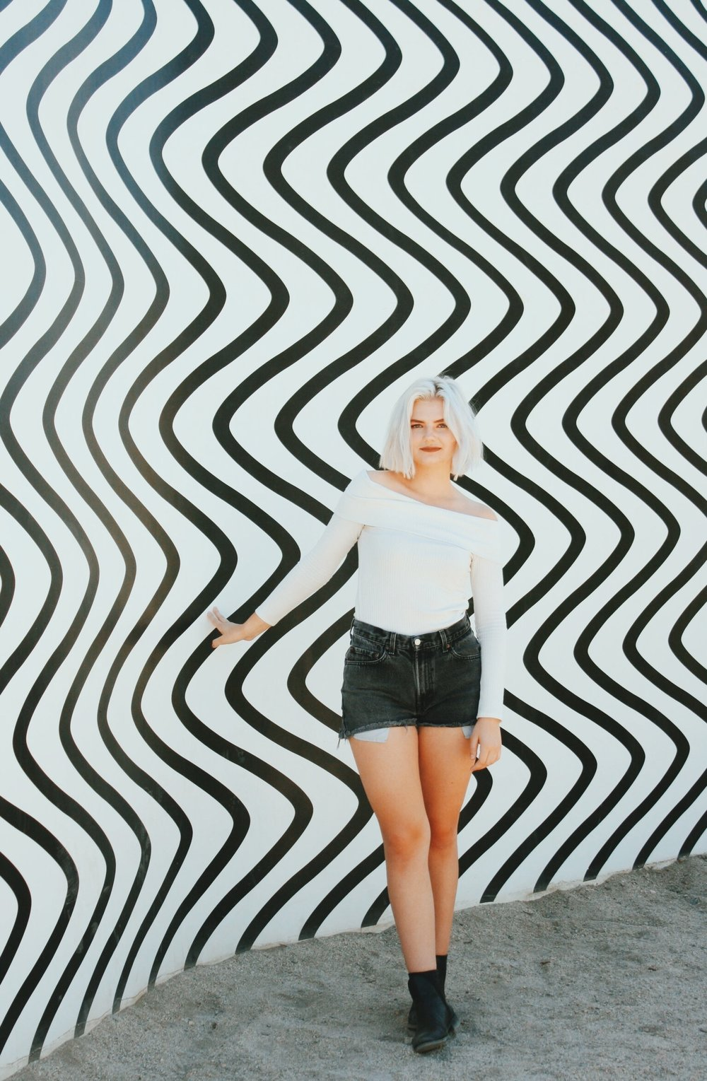 Curves and Zigzags - Claudia Comte