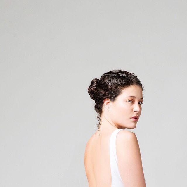 Tout en simplicité. Le one piece Stella ⚪️ confectionné sur mesure.  #sandeswimwear #minimalist #onepiece #swimsuit #lowback #custommade