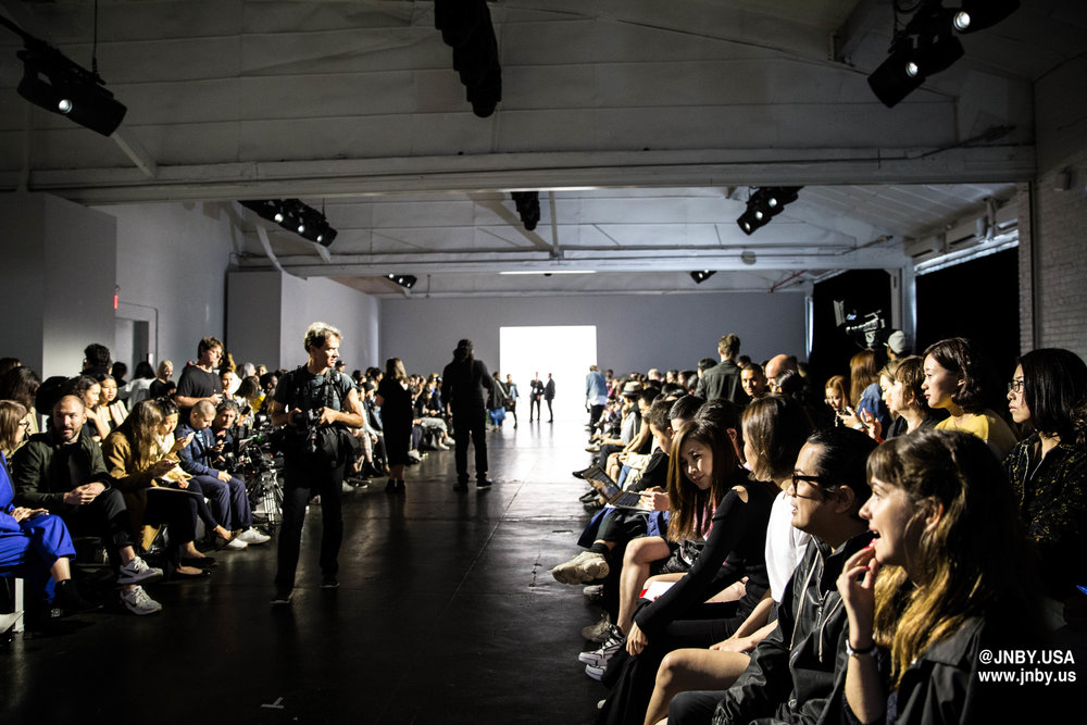 On September 10th, 2018, JNBY presents 2019SS Runway Show at New York during New York Fashion Week. Here are some highlights of the show. The show is available  HERE .