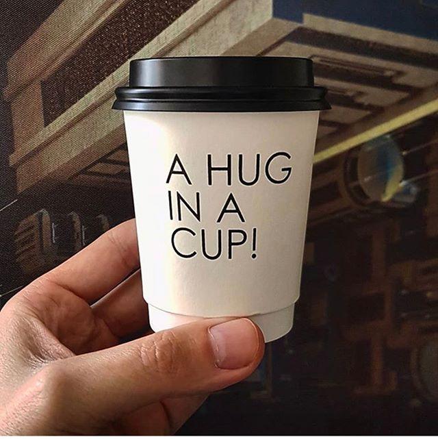 Un café et un calin s'ilvous plait! 🇫🇷 A coffee and a hug please! 🇬🇧 credits: @paulobohn