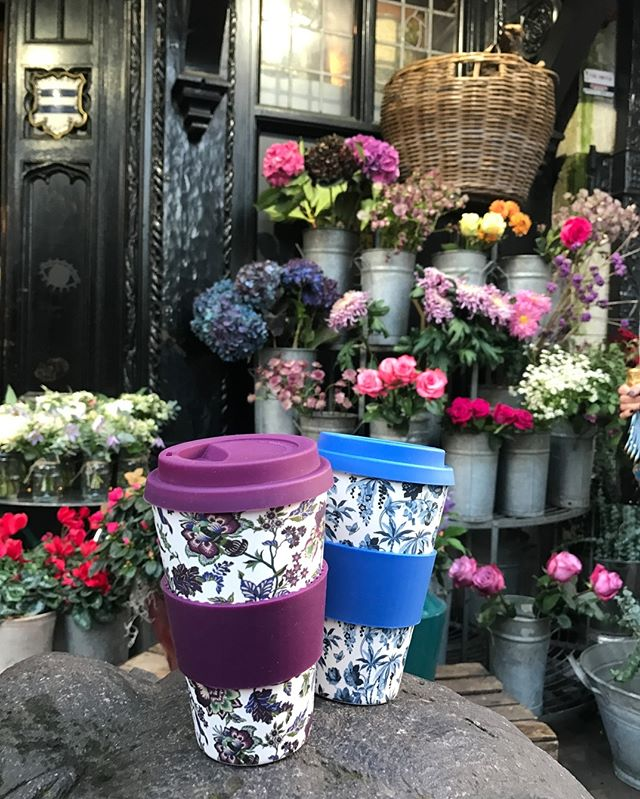 Happy Friday! Give some flowers... they're always nice to give or to receive! @libertylondon you will find these beautiful bamboo cups with exquisite floral patterns. Perfect Xmas gift 🌲❄️☕️ #happyfriday