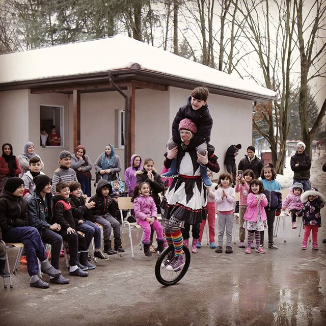 Amazing shot of our @clownswithoutborders performance in Serbia. These kids traveled here from Iraq and still have so far to go. #safetravels #love  #unicycle #clownseverywhere #jetlag #whatdayisit #myfriend #clown #traveler #refugeeswelcome #smiles #iloveyou