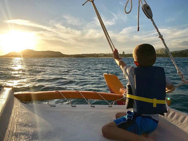 All of the Keiki who come out for a sail are huge Moana fans and automatically know how to do her famous navigating pose, we are excited at the opportunity to teach them why Navigators use their hands to measure the Sun ☀️ and Stars ✨ . Visit the link in our bio to view our upcoming availabilities for this month. #kapunakeiki #holokinohawaii