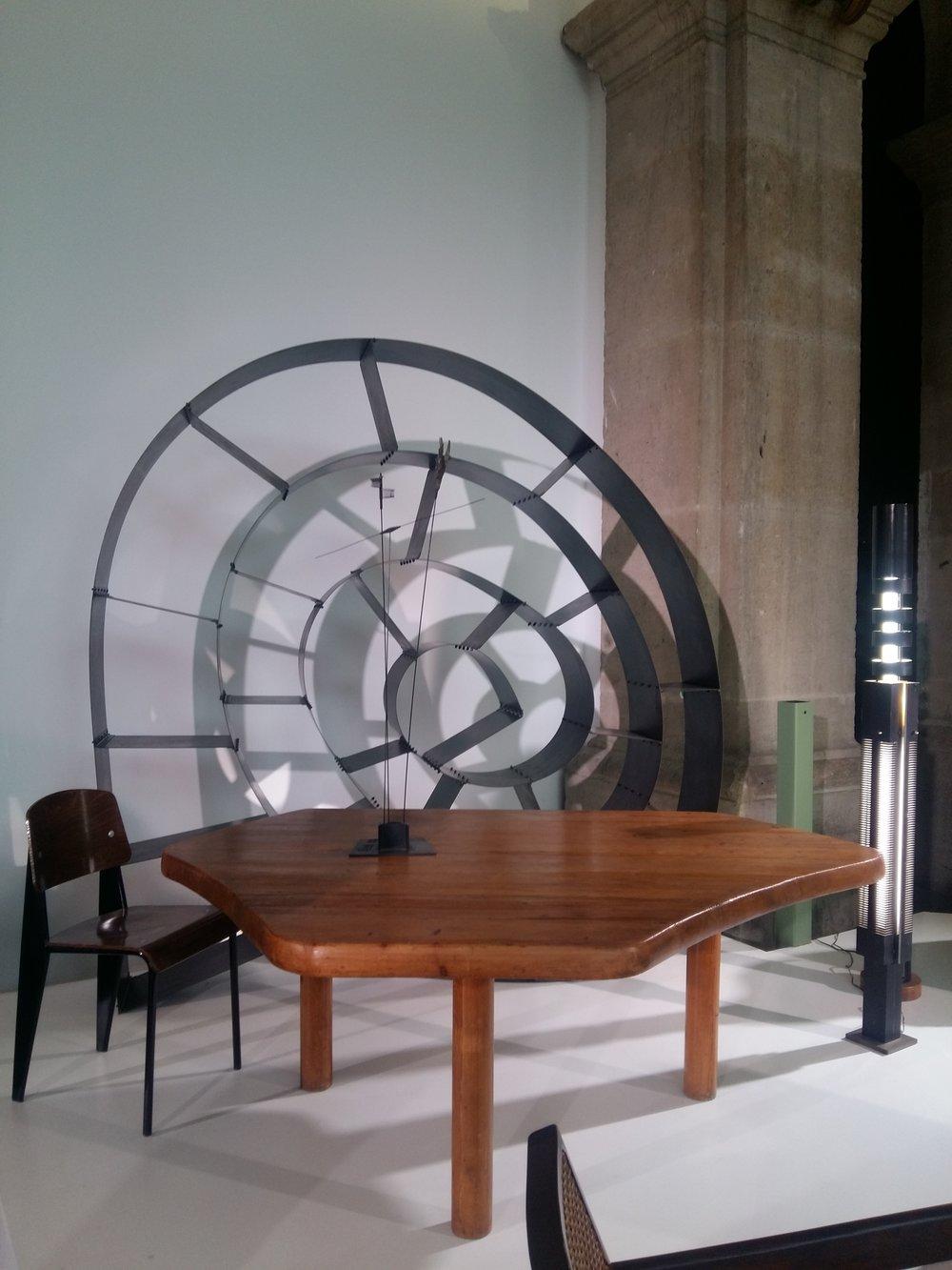 Entrée - Table Charlotte Perriand, bibliothèque Ron Arad et lampadaires Takis (Galerie Downtown)