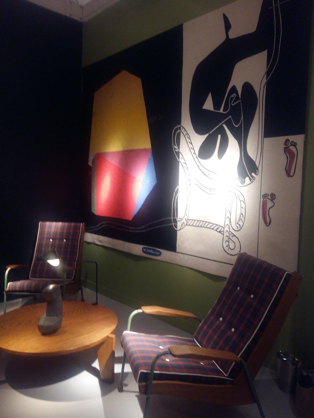 Stand de la galerie Downtown - Fauteuils Prouvé, tapisserie Le Corbusier