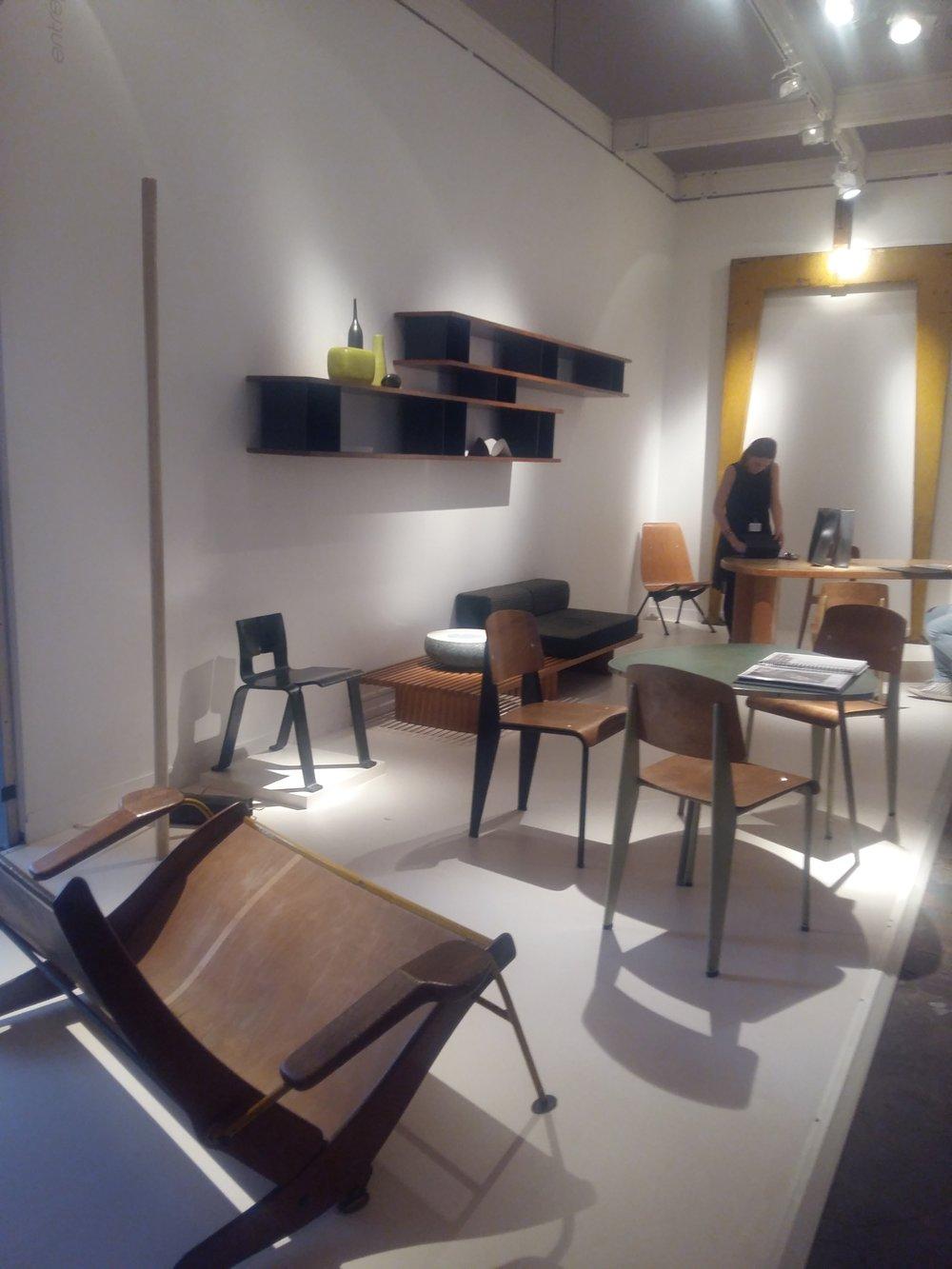 Stand de la galerie Jousse avec le fauteuil deux places Kangourou de Jean Prouvé