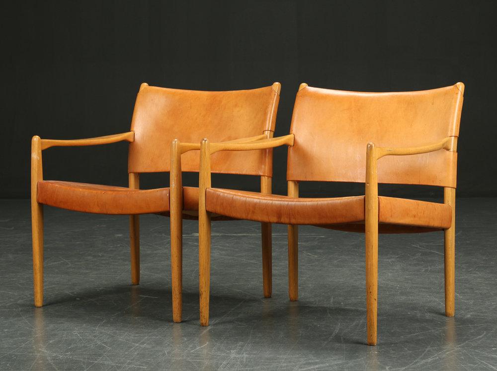Les deux fauteuils ont été vendus 2 100 euros en 2015 par Lauritz .