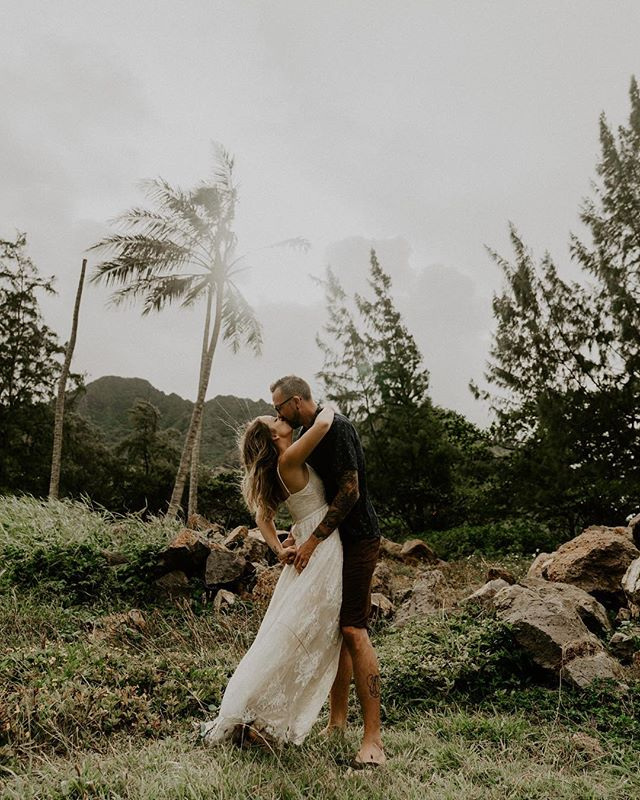 Those romantic kisses under palms + sunshine always get me 🌴 . . . . . #radstorytellers #adventurouslovestories #adventurousweddingphotographer #intimateweddingphotograher #mauielopement #oahuwedding#elopementphotographer  #destinationweddingphotographer #dirtybootsandmessyhair #junebugweddings #honoluluweddingphotographer #mauiwedding 