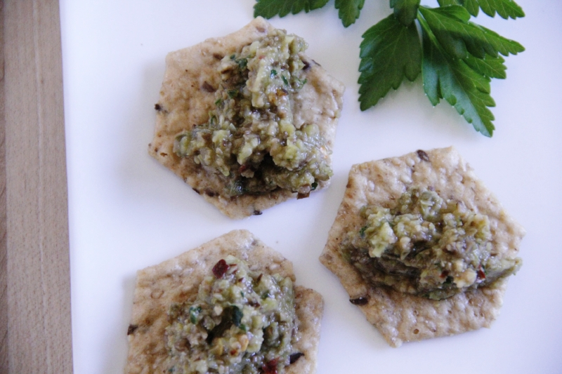 Olive tapeande crackers