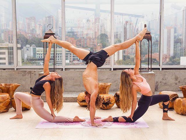 When life gets turned upside down and you're surrounded by chaos, the most stable pillars are your friends and family  Gracias a @manuelitabotero92 y @analuciajllo por la foto, a @ojodetigre_design y @cositalindabeachwear por vestirnos, a @envyrooftop1 en @hotelthecharlee por el espacio, @izico_portrait por la foto y al 200hr #TeacherTraining de #Yoga #YogaTT19 por armar esa sesión de fotos 🧘🏼♂️