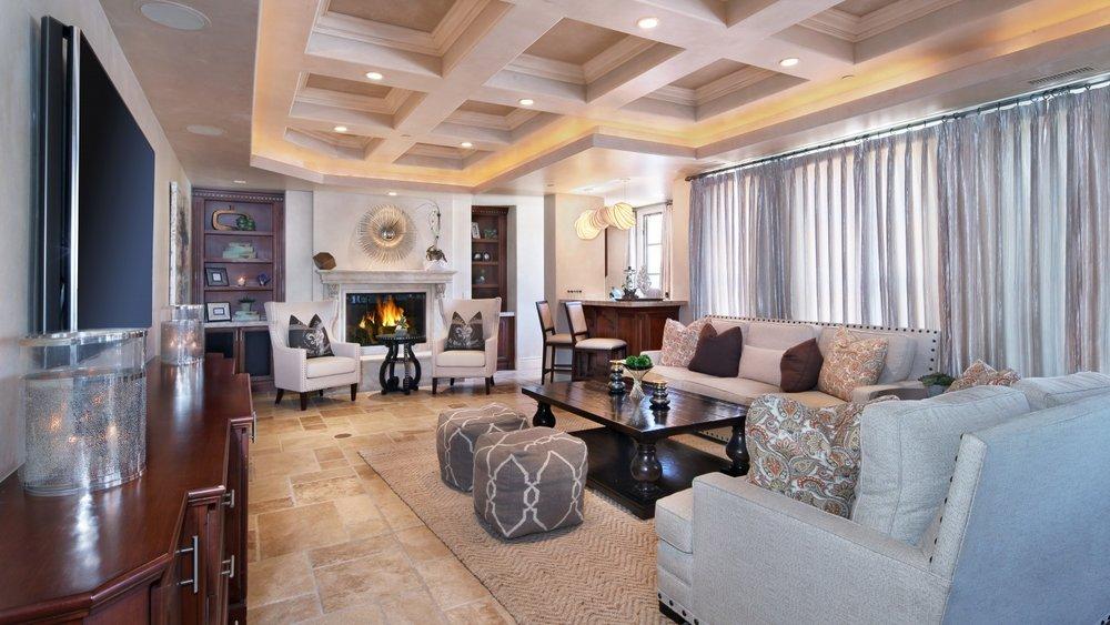 interior-design-living-gostinaia-osobniak-divan-stol-shtory.jpg