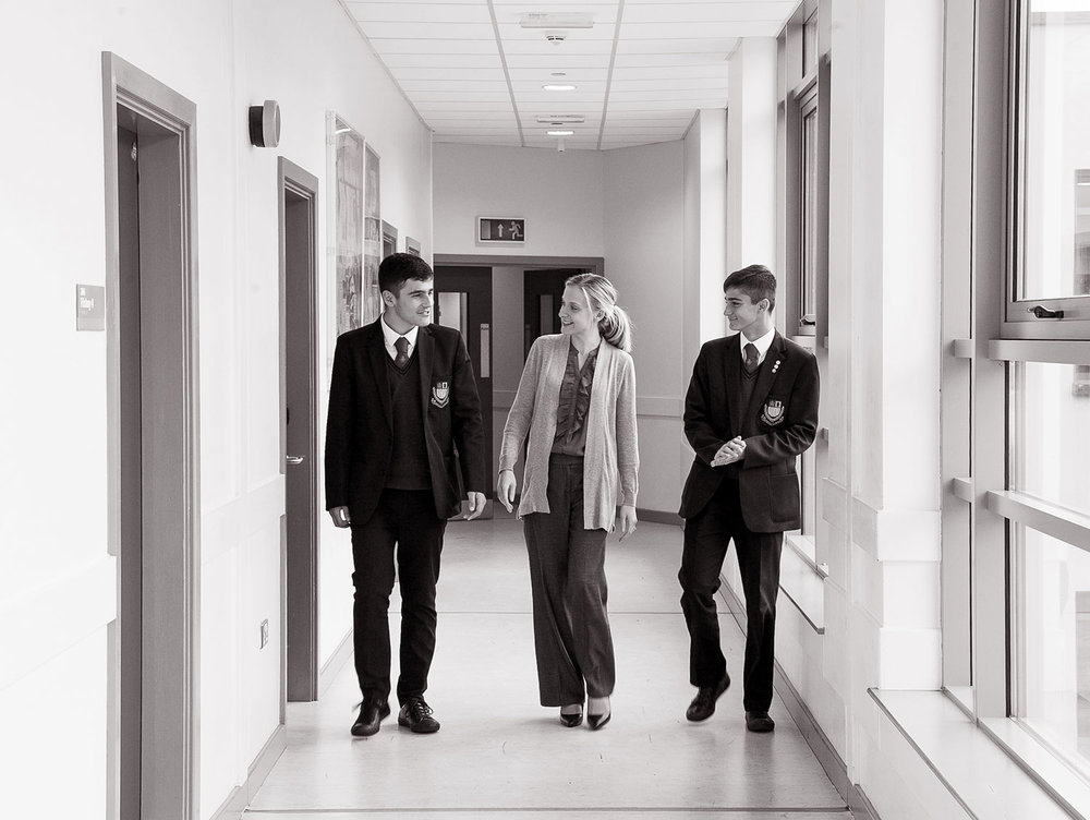 BW-Students-with-female-teacher-corridor-1600.jpg
