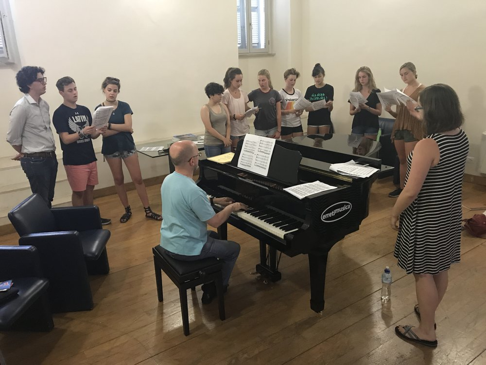 Today was another full day in Spoleto! We had our usual class schedule, but today the students also had the option of trying out a new experience. Before the evening class session, students from different disciplines came together to form a small vocal ensemble. This year, we only have one vocal music student, so we had to find other creative ways to make music together. They started learning choruses from two of Verdi's operas: Nabucco and La Traviata.