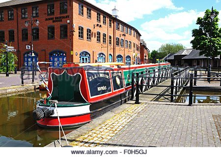 narrowboat-moored-in-the-canal-basin-coventry-west-midlands-england-f0h5gj.jpg