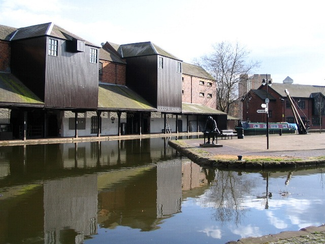 Warehouses,_Coventry_canal_basin_-_geograph.org.uk_-_372842.jpg