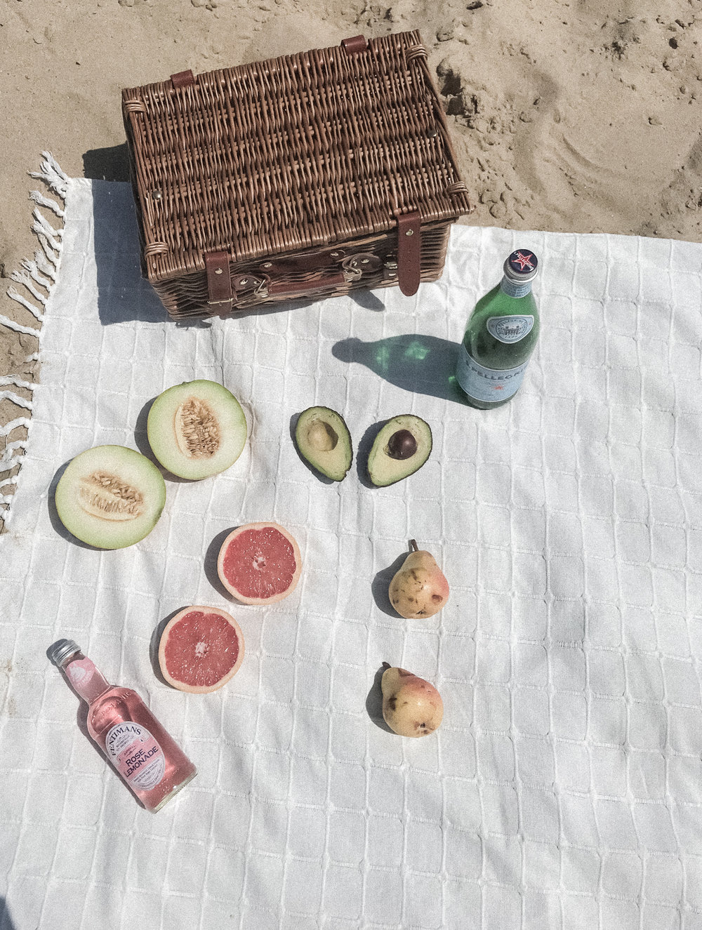 beach-picknic-flat-lay-fruit-basket-sandjpg