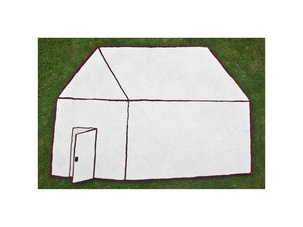 """Vi har i det här projektet funderat kring vad en matta betyder för oss. I """"I bought a house"""" har vi med en konceptuell ingång och lek med symbolik funderat kring hur en matta kan verka rum och hemskapande."""