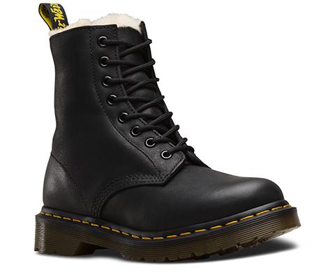 Serena bootsene fra Dr. Martens kan kjøpes på mani for 1799kr.