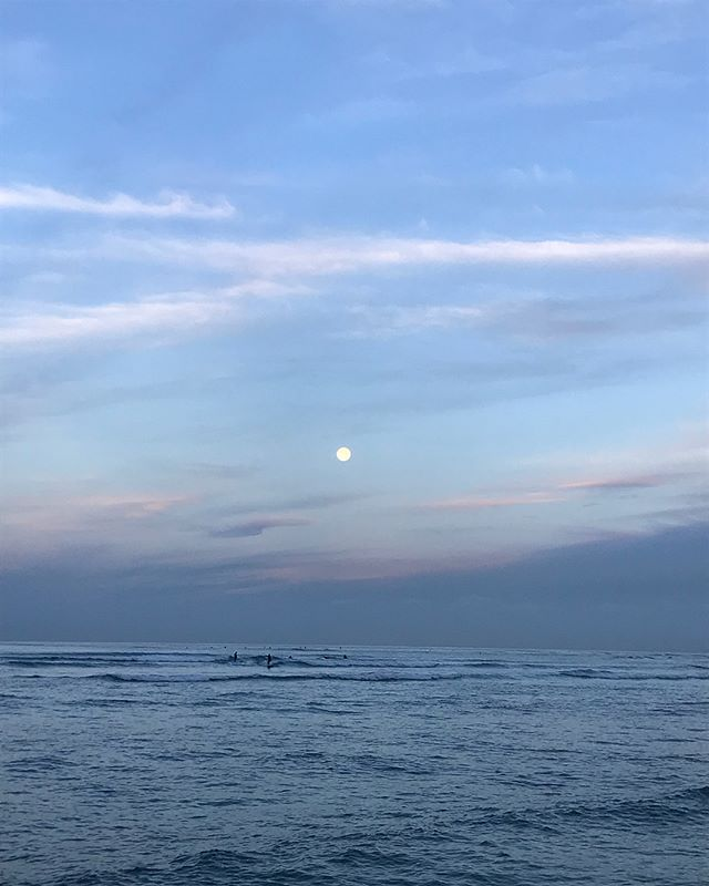 Yesterday's sunrise full moon surf, today's sunrise waning gibbous surf... These are the mornings I live for and the memories I'll always cherish 🙏🏽. #nofilter #grateful #surfohana #luckywelivehawaii . . . #surf #dawnpatrol #sunrise  #moon #fullmoon
