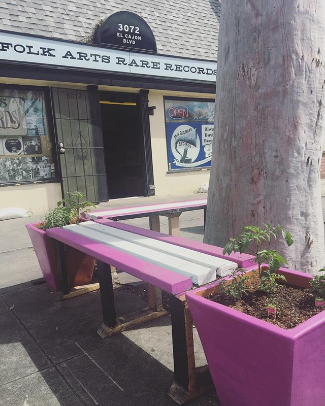 Newest EatSanDiego garden at @folkartsrarerecords !! Come by on Saturday for #recordstoreday and eat some leaves and enjoy some live music🌱🎶 #foodisfree #urbangarden #eatsandiego #sandiego #cityheights #normalheights #folkartsrarerecords #oregano #chives #babytomatoes