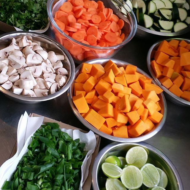 All this freshness is going into tonights $5 dinner #billabonglife #thesocialkitche #$5dinner #best5youllspendtoday #mmmmveges #homecooking #billabongfamily #fresh