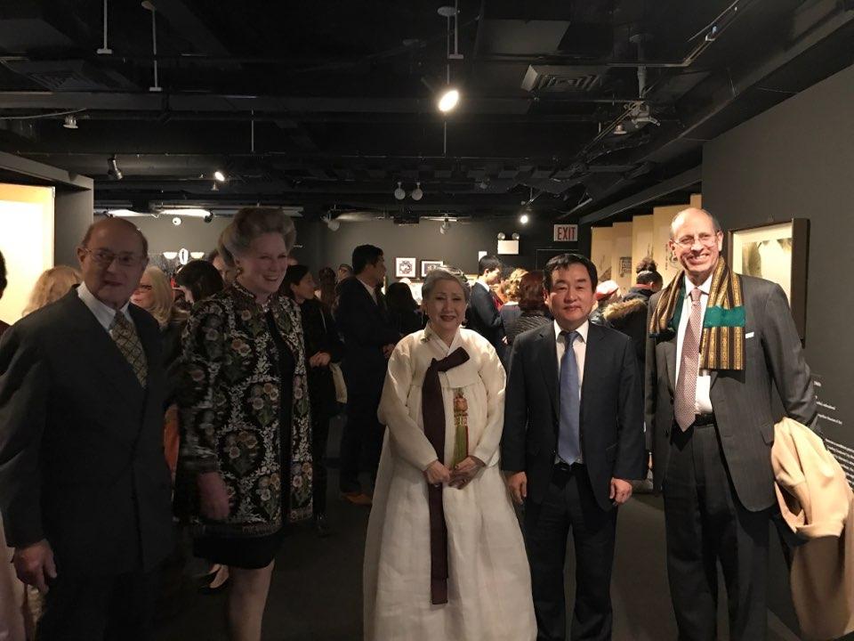 사진 3. 왼쪽부터)Mr and Mrs Peter Kimmelman, Chair man of the Board of directors at Smithsonian ,자수가 정영양, 오승제 뉴욕한국문화원장, Mike Hearn 메트로폴리탄 뮤지엄 아시아부장 등.jpg