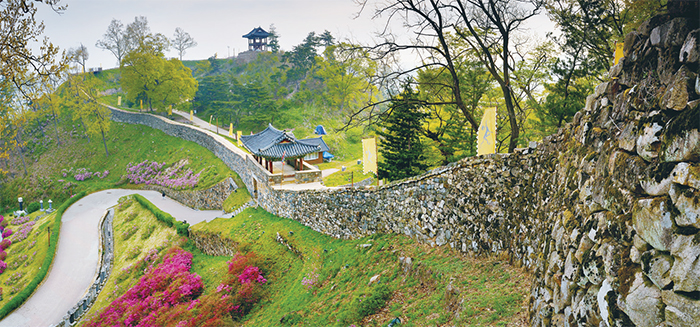 Gongsanseong Fortress.  The fortress, which was built along the mountain ridge and valley near Geumgang River, was initially called Ungjinseong but later renamed Gongsanseong after the Goryeo period.