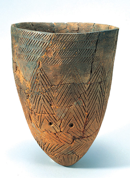 Comb-pattern Pottery. This object with a pointy bottom was discovered in Amsa-dong, Seoul, a representative historic site of the Neolithic Age.