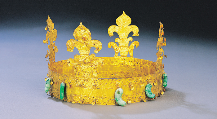 Gold Crown of Gaya  This crown was unearthed in Goryeong, Gyeongsangbuk-do. It features upright decorations and curved jade pendants.